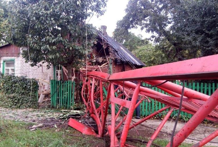 В Минске строительный кран рухнул на дом и дорогу