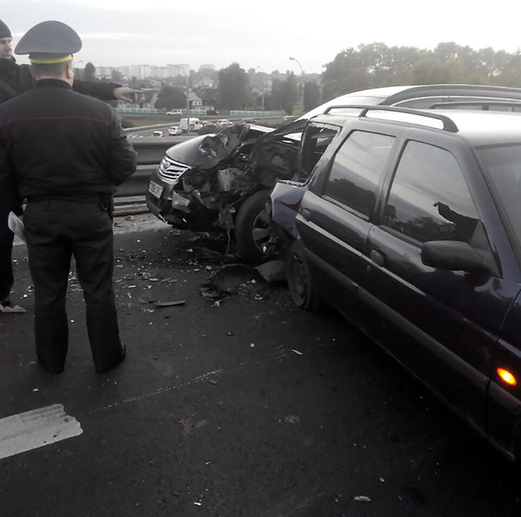 ДТП на МКАД: между машинами зажало двух человек