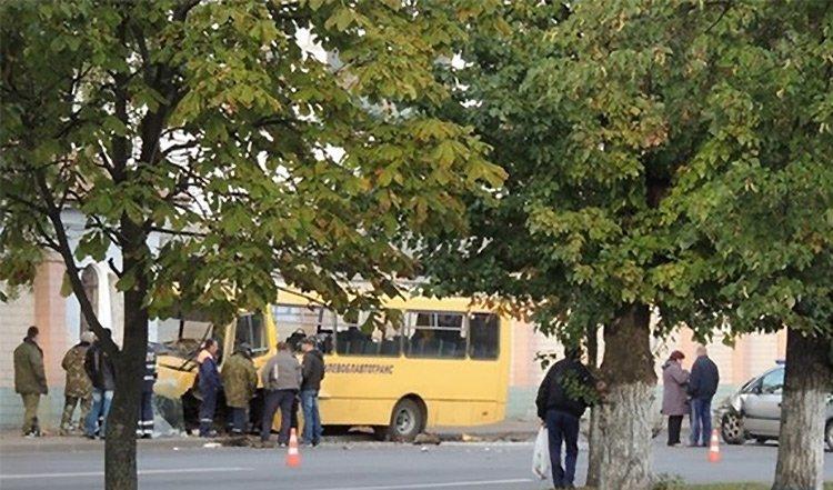Автобус с пассажирами в Бобруйске врезался в кирпичный забор