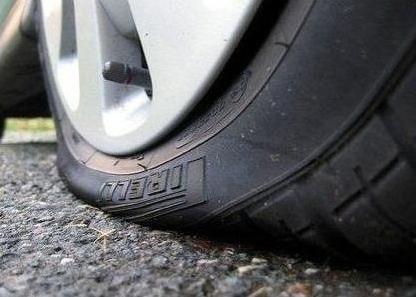 В Слуцком районе за ночь злоумышленники прокололи шины десятка машин