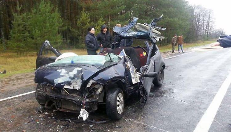 На трассе Р17 Ford Кa въехал в трактор. Два человека погибли