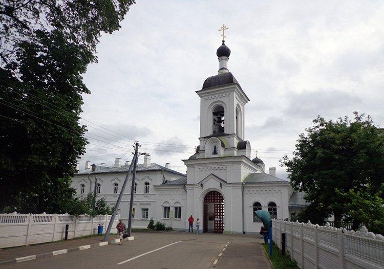 Хулиган на Volkswagen протаранил ворота Спасо-Евфросиниевского монастыря