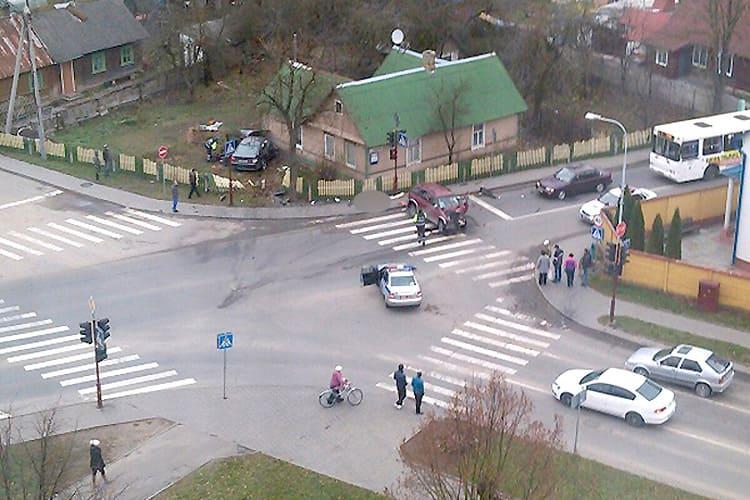 Внедорожник, уходя от погони, врезался в BMW. Виновник аварии погиб