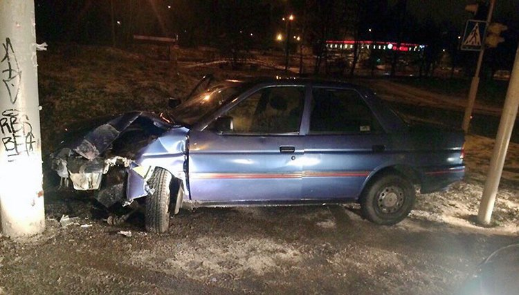 Уходя от погони, пьяный водитель на Ford въехал в столб