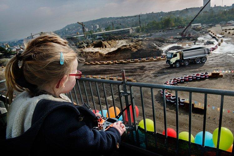 Четырехлетняя Софи тестирует 18-тонный грузовик