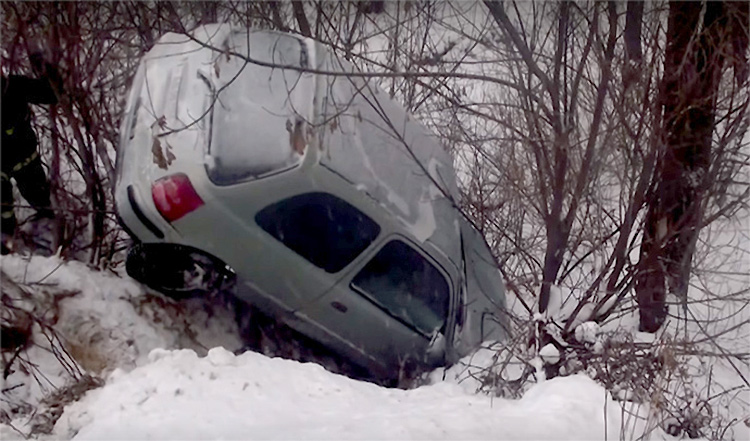 Водитель сама позвонила из зависшего над оврагом авто в МЧС