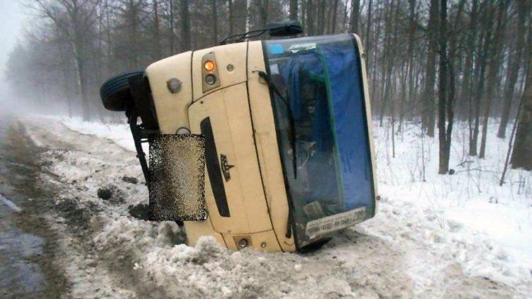 На трассе М10 опрокинулся автобус с пассажирами