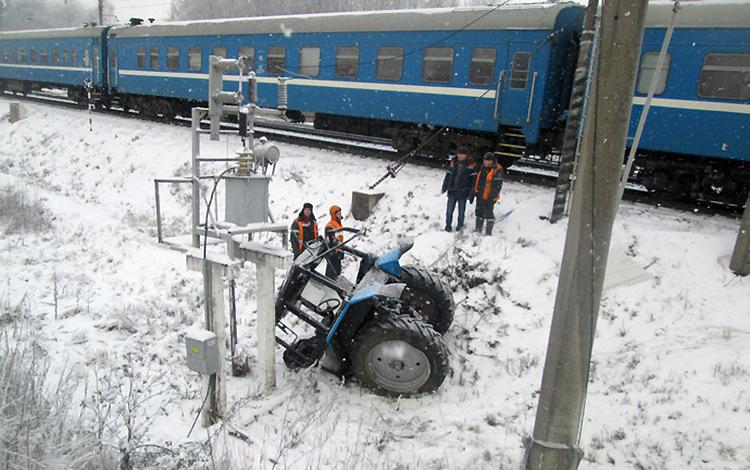 На железнодорожной станции Станьково пассажирский поезд въехал в трактор