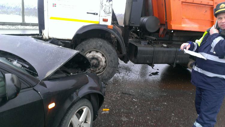 Примерно в 9.00 на МКАД произошло ДТП с участием «МАЗ» и «Ауди». Два человека получили травмы.
