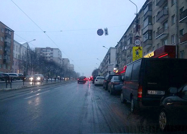 """На улице Якуба Коласа около магазина """"Спорттовары"""" запретили парковать машины"""