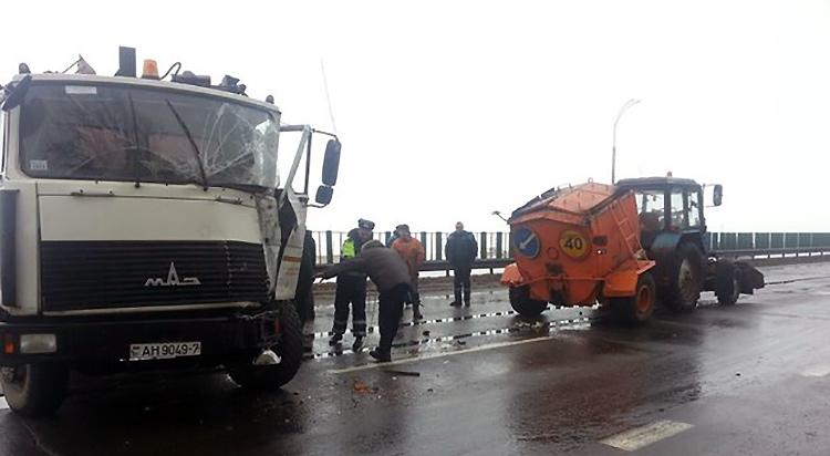 На трассе Минск — Могилев МАЗ врезался в трактор дорожников