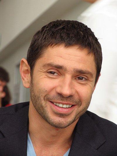 Актер В. Николаев сбил пешехода и скрылся с места ДТП, а спустя сутки протаранил несколько машин