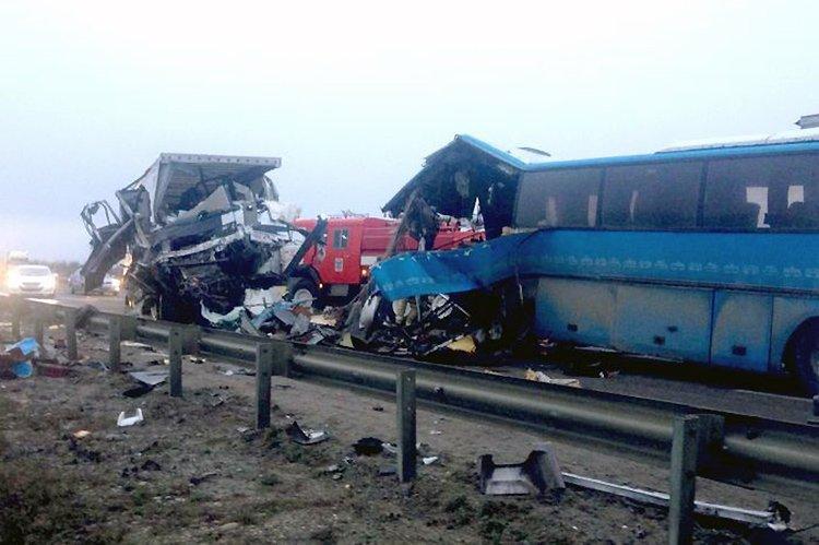 В результате лобового столкновения автобуса Volvo и фуры DAF погибли 4 человека