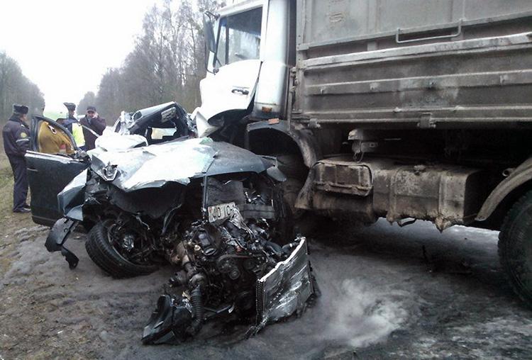 ДТП под Скиделем: на дороге опрокинулся трактор, а рядом лобовое столкновение Audi с МАЗом