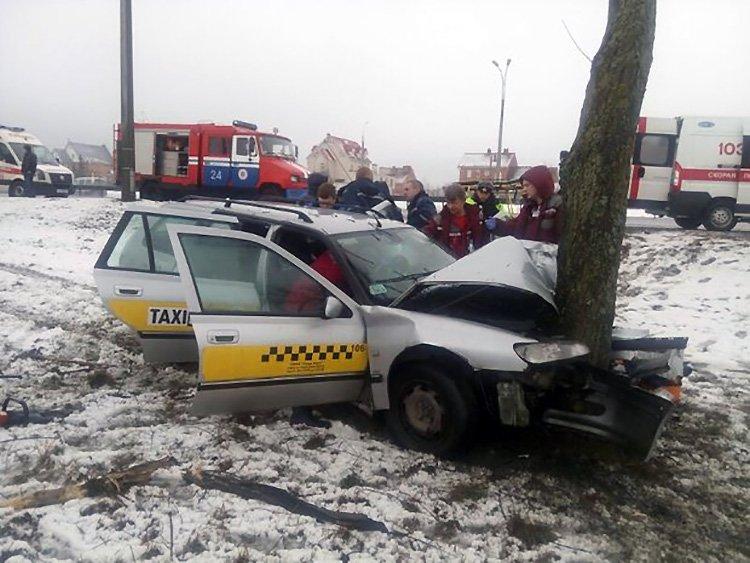 На МКАД такси вылетело с дороги и врезалось в дерево