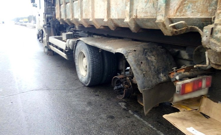 На МКАД у грузовика оторвалось колесо и врезалось в Alfa Romeo