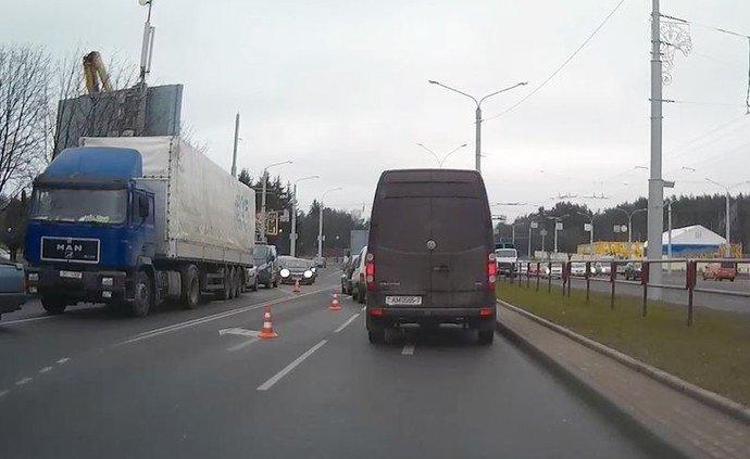 В Минске фура задела автовышку с рекламщиками: пострадали двое рабочих