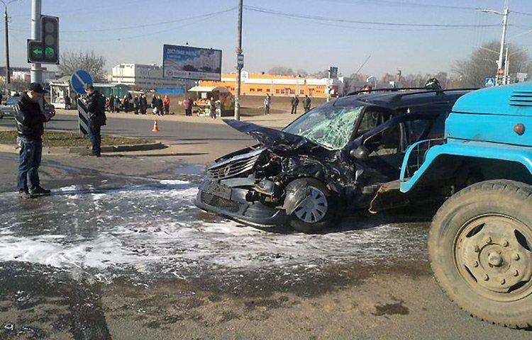 Грузовик ЗИЛ столкнулся с Renault Logan: три человека в больнице