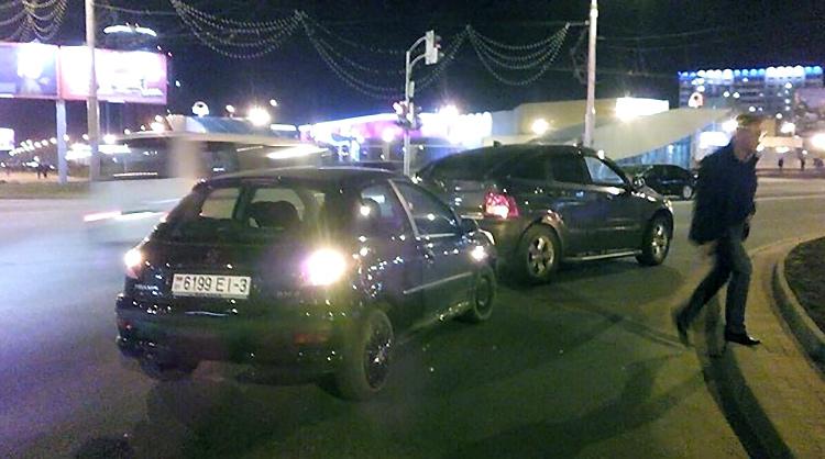 Пытаясь скрыться с места ДТП, нарушитель врезался в автомобиль милиционера