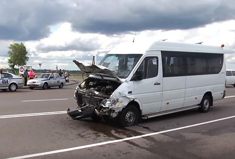 Ford разорвало пополам в результате ДТП в Мозыре