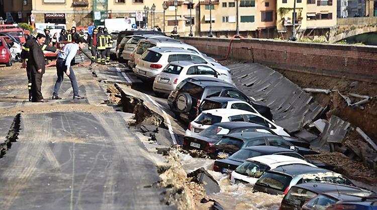 В Италии под землю провалились 20 автомобилей