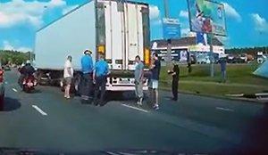 На Логойском тракте фура зацепила подъемник с рабочими: один человек погиб