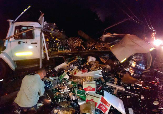 В Гомеле грузовик с пивом врезался в столб