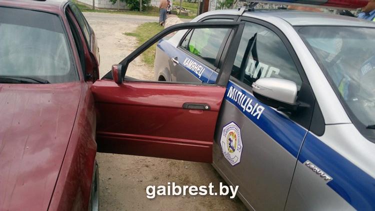 В Брестской области пьяный водитель протащил инспектора на двери своего BMW