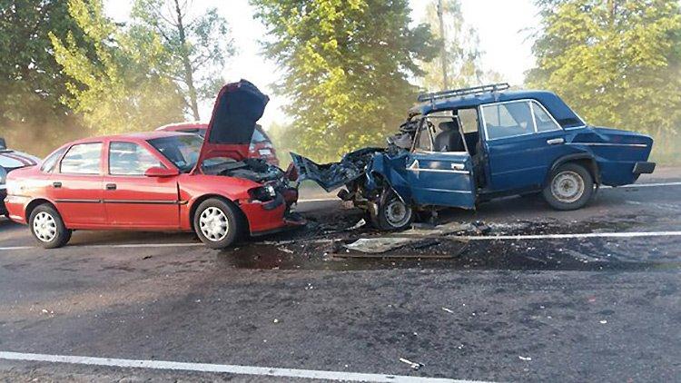 В Полоцком районе в лобовом столкновении Opel и ВАЗ погиб человек
