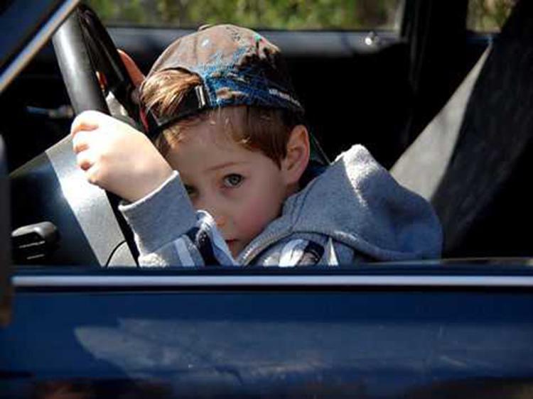 7-летний ученик прокатился на отцовской машине и повредил 4 авто