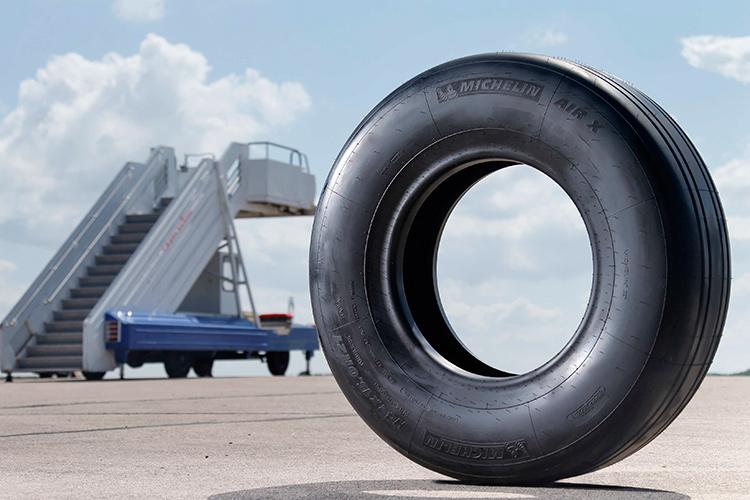 Самолет BOMBARDIER CS100 на шинах MICHELIN с технологией NGZ