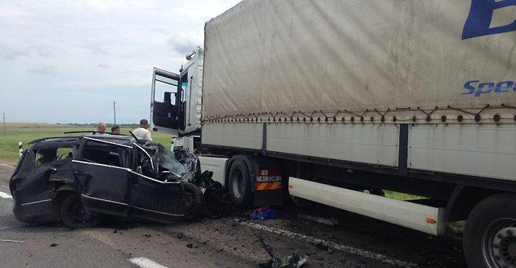 На M3 Volkswagen влетел под автопоезд: два человека погибли