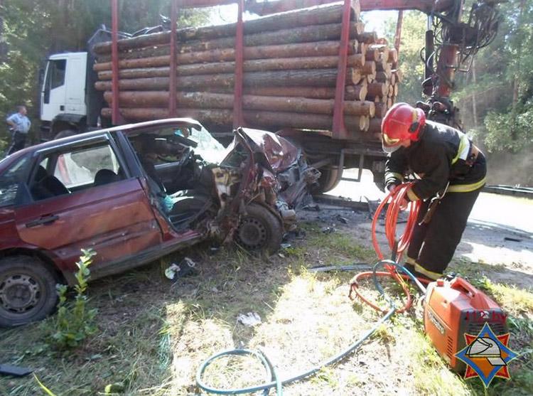 В Логойском районе Volkswagen столкнулся c лесовозом