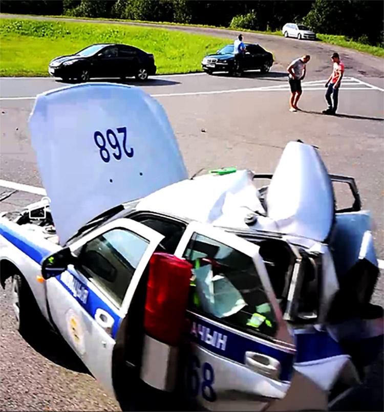 На траcсе M-1 Toyota с российскими номерами столкнулась с патрульной машиной ГАИ