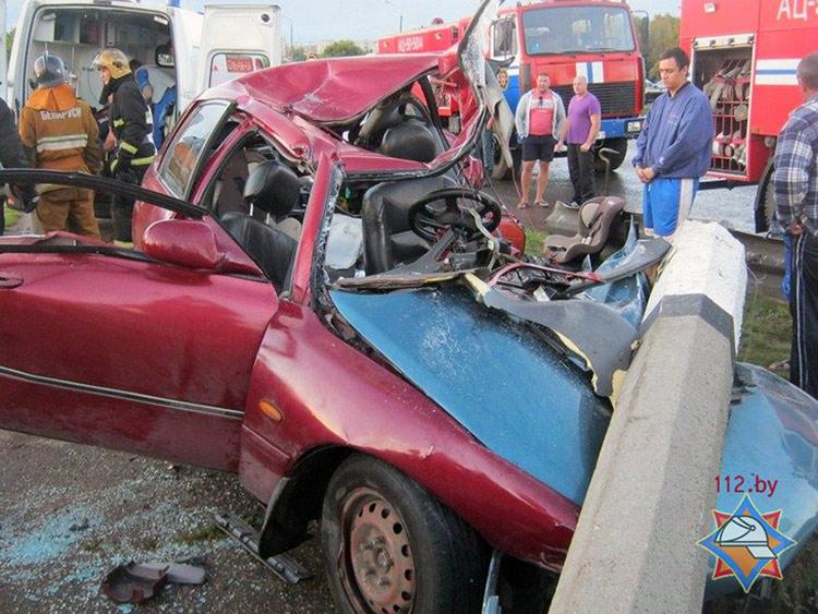 В Полоцке Mazda врезалась в столб, пострадал водитель
