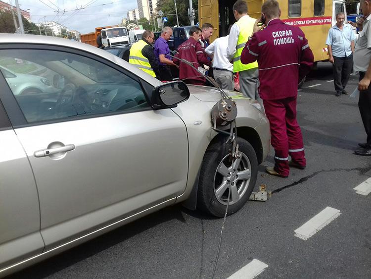 В Минске двое рабочих упали с люльки на проезжающий автомобиль