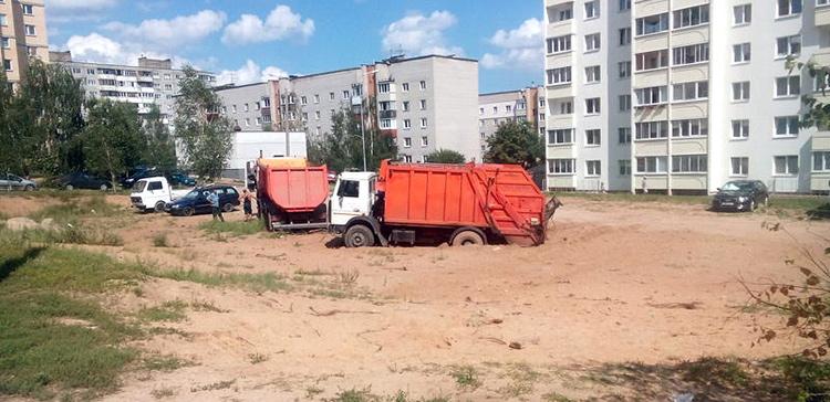 В поселке Лесном мусоровоз застрял в песке