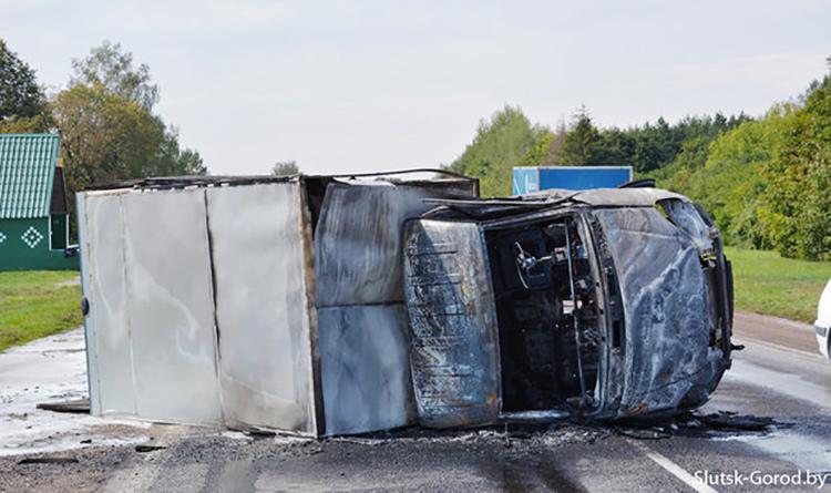 В результате столкновения ГАЗ и Lexus под Слуцком обе машины сгорели