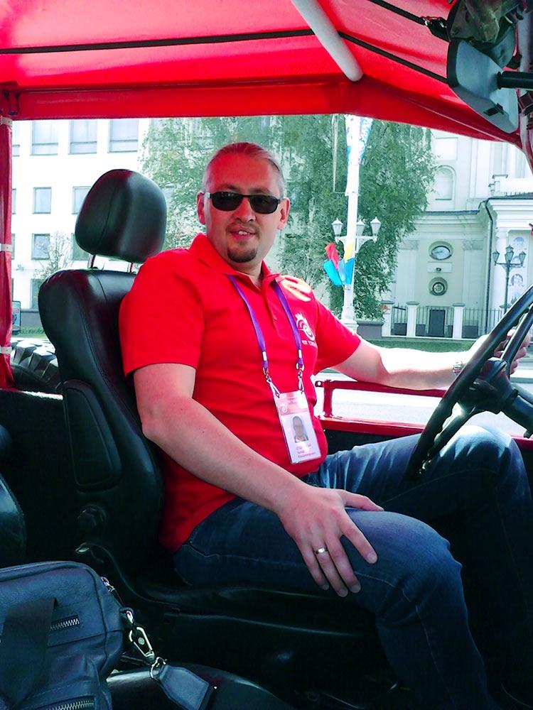 Красный ретро-фаэтон ГАЗ-69А