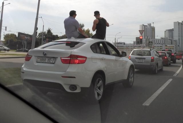 Водитель BMW X6, катавший парней на крыше, не ушел от наказания