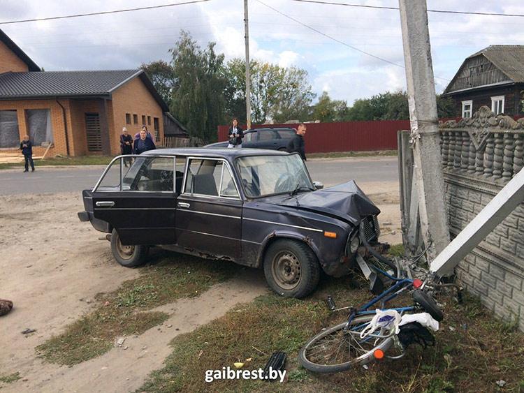 Подросток на ВАЗе сбил велосипедиста, въехал в столб и в забор