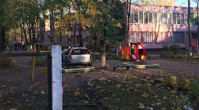 В Минске Citroen снес забор детсада и врезался в песочницу