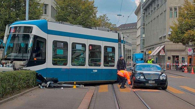 Bentley против трамвая