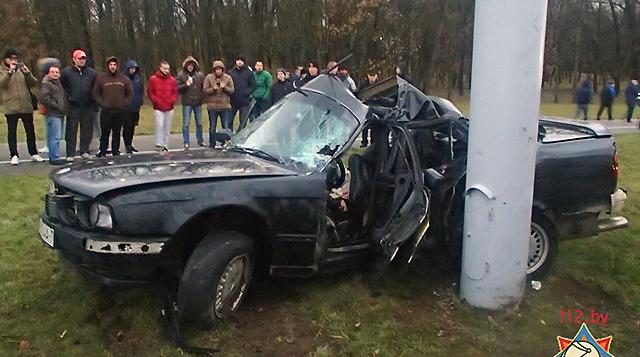 В Минске BMW 520 въехал в столб