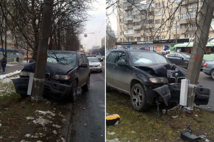 В Минске на улице БогдановичаБМВ въехал в столб