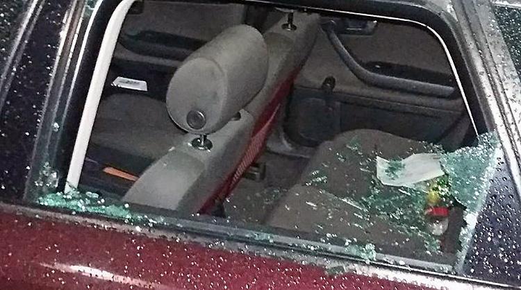 Пьяный хулиган разбил пять автомобилей в Гродно Пьяный гродненец доской разбил пять припаркованных автомобилей Инцидент произошел в Гродно во дворе одного из домов по улице Тавлая. Пьяный 32-летний мужчина, вооружившись доской, которую он нашел где-то по пути, начал наносить удары по автомобилям, рассказывая при этом об изобретенной им машине времени. Мужчина был задержан, в отношении хулигана возбуждено уголовное дело. Всего было повреждено пять автомобилей.