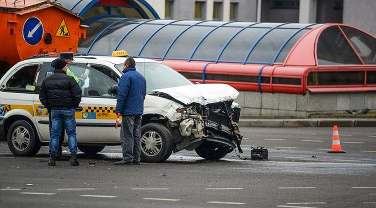 В Минске автомобиль такси въехал в грузовик дорожников