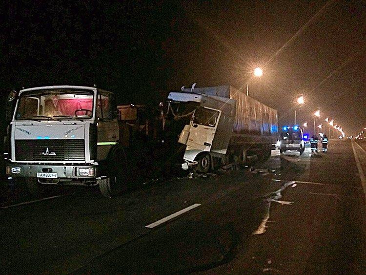 В Минске фура въехала в две машины дорожной службы
