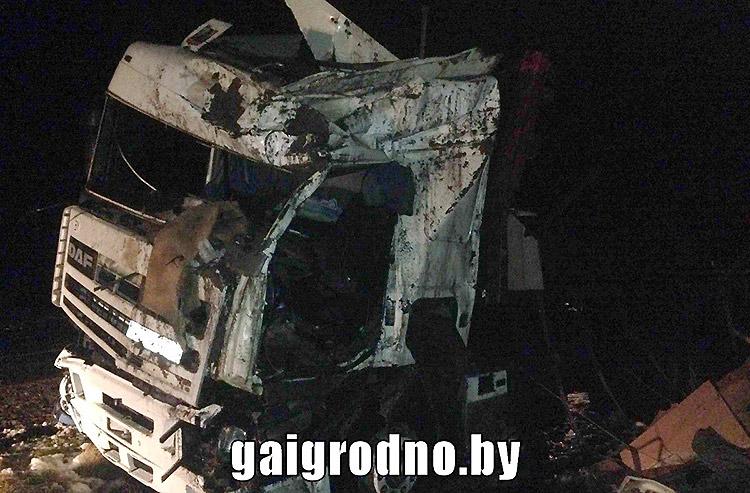 В Гродненской области опрокинулся грузовик: водитель погиб