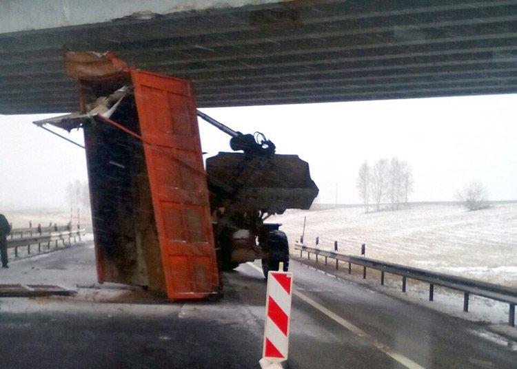 На М1 у грузовика поднялся кузов и зацепился за путепровод